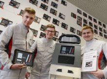 """Drei Audi-Auszubildende entwickelten mit ihrem Forschungsprojekt """"Die Soforthilfe"""" ein multimediales System zur Vorgehensweise bei Gefahrensituationen im Straßenverkehr."""