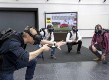 Martin Rademacher (links) und seine Kollegen aus der Audi-Planung testen das Virtual Reality Holodeck, um das Design eines neuen Automodell zu beurteilen.
