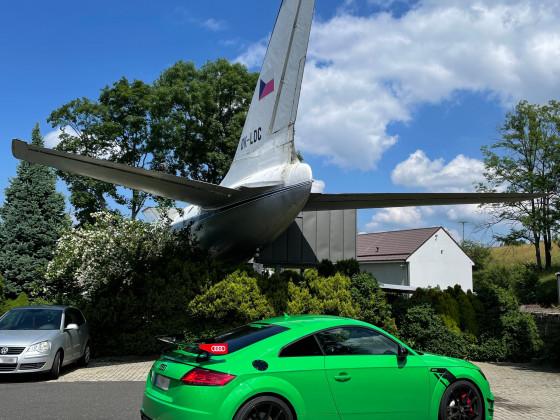 Wo kann man unter einem Flugzeug parken?